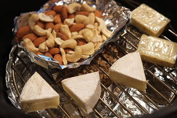 ミックスナッツやチーズも下準備が不要(チーズはお好みでブラックペッパー)なので、初心者の方でも比較的簡単です。