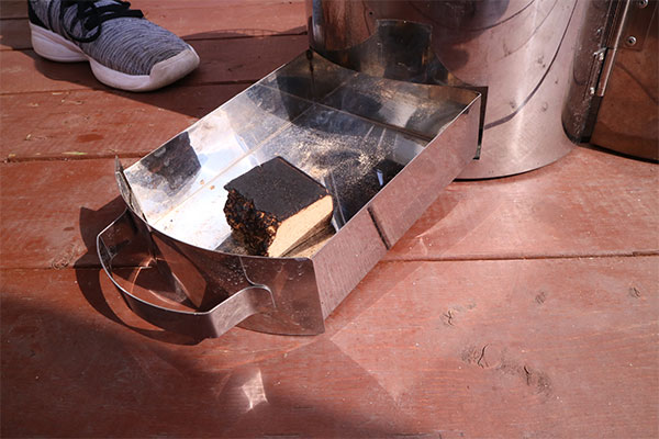 桜のスモークウッドをご用意しています。スモークウッドひとかけらで約40~50分燃焼します。(燻製器のレンタルにスモークウッドも付いています。)