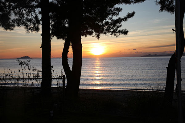 目の前が海なので、水平線に沈む夕日をゆっくりとご堪能いただけます。